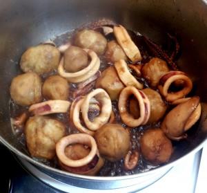 鍋を揺すって焦げないように煮っ転がす