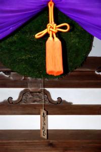 拝殿に吊り下げられた大きな酒林(杉玉)